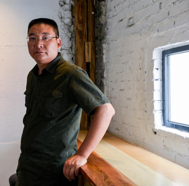 """李江是西南交通大学艺术与传播学院美术系副主任,同样也是一个不折不扣、言践于行的公共艺术家。1998年从莫斯科国立工业美术大学大型纪念性绘画系硕士毕业后,他意识到了城市公共艺术的重要性并回到自己深爱的家乡——成都,开始在大学建立起公共艺术学科并组建团队进行艺术实践。他和他的团队曾参与设计了很多著名城市公共艺术项目包括成都宽窄巷子(整体)景观规划设计、历史文化保护街区;宽窄巷子""""砖""""历史文化墙;四川工人运动历史文化墙;中国."""