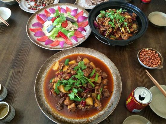 农家乐厨师表示,孔雀可以做成红烧,干煸,爆炒,凉拌,清炖等等,尤其是