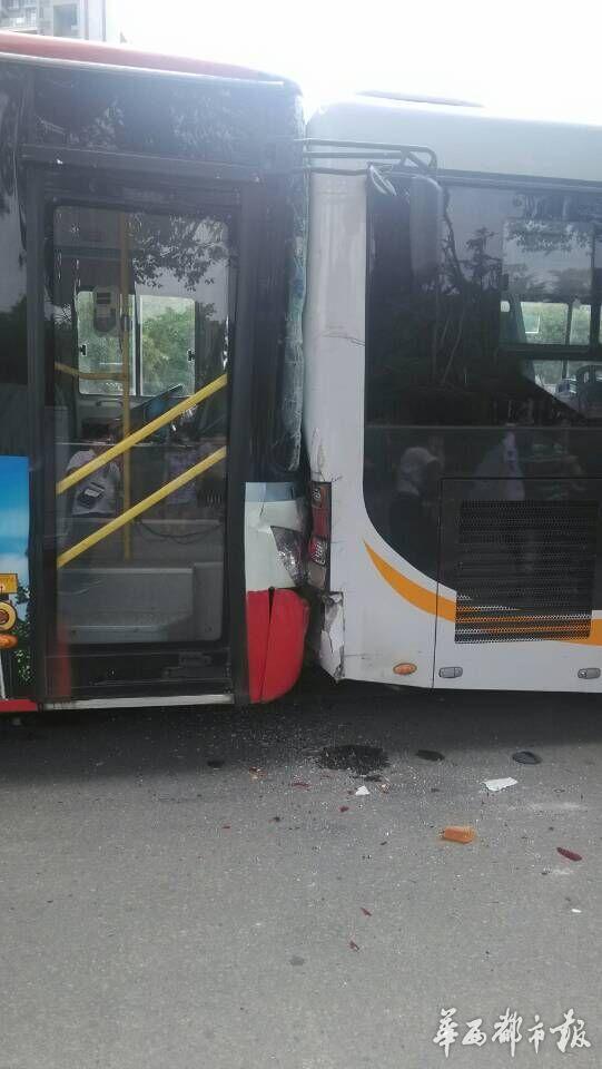 成都簇锦路和锦华路一十字路口发生一起公交车追尾事故.   高清图片