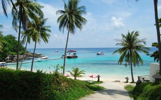 """Racha""在当地语言中是""皇帝""的意思。与普吉岛其他景点相比,皇帝岛比较新。它以纯净无污染的海水与沙滩、相对独立的地理位置以及奢华的配套服务得到了不少欧美游客的青睐。 在景区度假村开发的期间,岛上仅仅砍倒了一棵树,移种了两棵树,足见皇帝岛自然风貌保持的完好。由于开发较晚,到此的游客数量比较少,与喧闹的普吉岛相较,这里沙滩的环境格外清幽,附近只有零星泳客、滑浪发烧友。 芭东海滩"