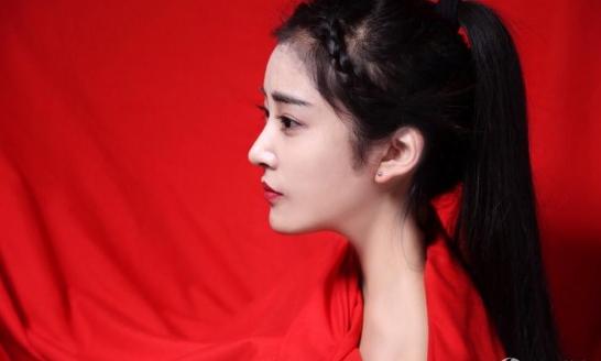 北电女生秀红裙 女神范儿十足