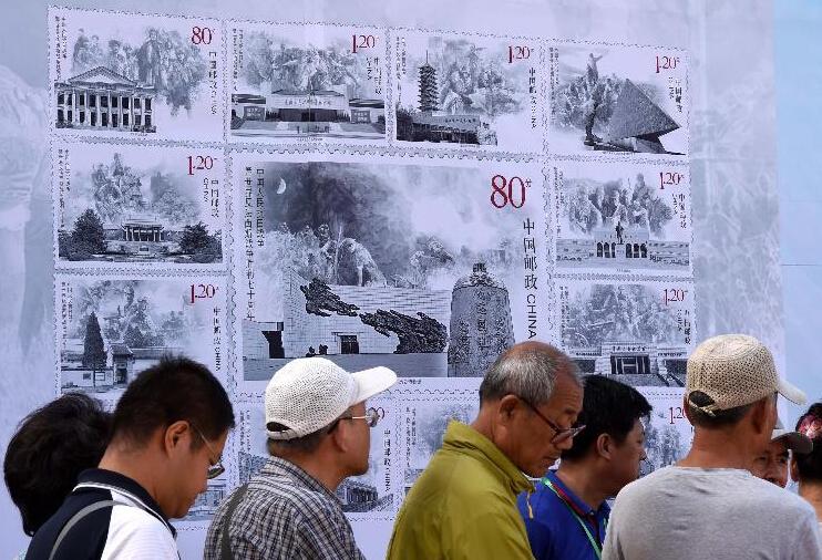 9月3日,在沈阳九一八历史博物馆广场上展出的纪念邮票展板前,市民排队