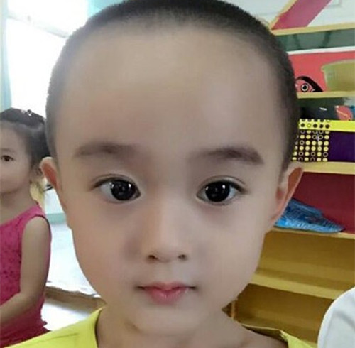 一幼儿园小朋友的萌照,大眼睛包子脸和清秀的五官看上去像极了赵丽颖