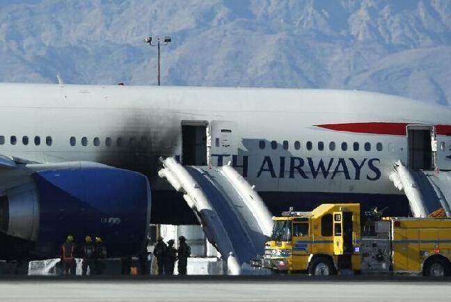 一架英航客机在机场跑道起火