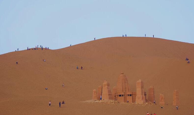 位于新疆鄯善县的库木塔格沙漠风景名胜区吸引了疆