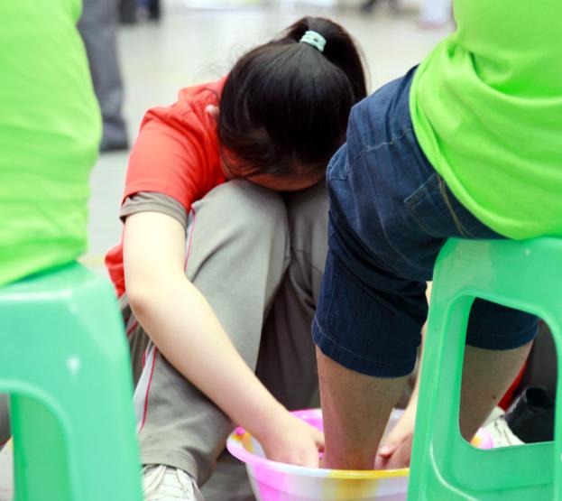 中学生为父母洗脚 泪翻 全场
