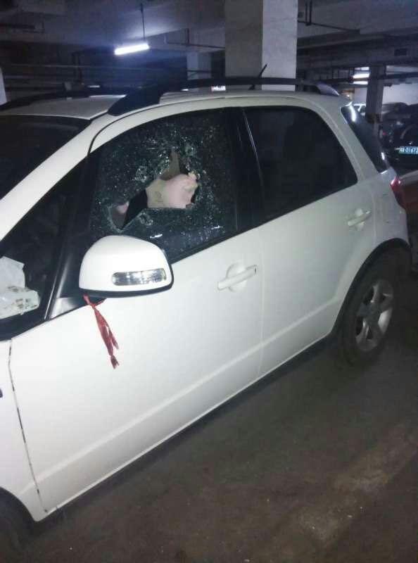 小区车库内的轿车车窗被砸