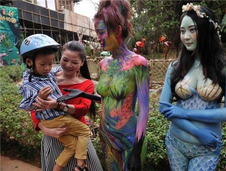 动物园美女人体彩绘 与动物互动