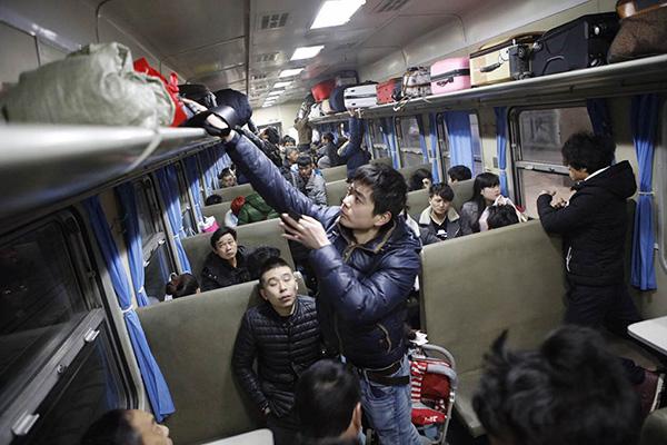 K4663次列车上整理行李的旅客。(图据澎湃新闻) 铁路部门表示,为最大限度方便旅客春节返乡团聚,根据历年春运前往四川、贵州、安徽和中原省份等务工人员输出大省的客流启动较早的特点,在春运启动前(即日起至1月24日)即开始增开成都、南充,以及贵阳、合肥、郑州等方向列车10趟。春运期间,上海铁路三站增开前往全国各地的列车将进一步加密,开行计划最多达118.