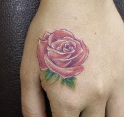 魏女士手背玫瑰花纹身上