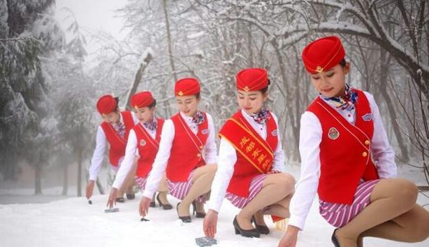 女生穿短裙在雪地