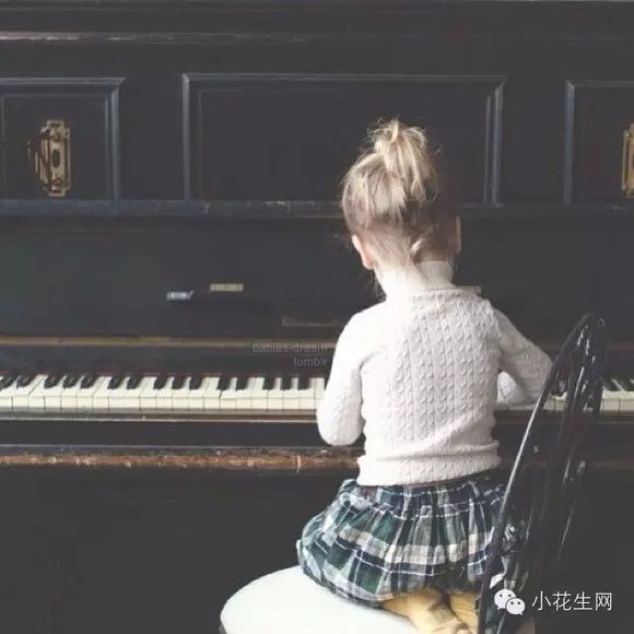 小朋友练习钢琴的背影