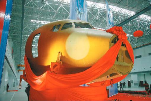 成飞ARJ21飞机机头交付 成都作为我国重要的军机研制基地和国家民用航空高技术产业基地,目前已形成了涵盖研发、设计、制造、测试、维修等较完整的航空装备产业链。数据显示,2015年,全市596户规模以上机械及高端装备制造企业工业增加值同比增长7.5%,主营业务收入1127.2亿元,同比增长6.