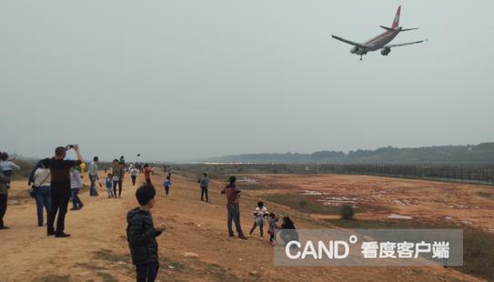 [双流]市民嫌高速路上堵 跑到机场二跑看飞机 - 成都