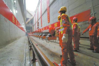 4月5日,成都地铁7号线铺轨现场.(地铁公司供图)-地铁7号线可与图片