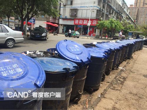 [龙泉驿]38个垃圾桶摆满马路