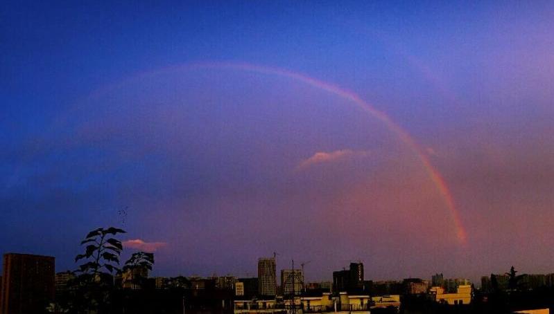 天空出现那一道彩虹_今早,成都的天空上挂起一道彩虹,简直美爆了!