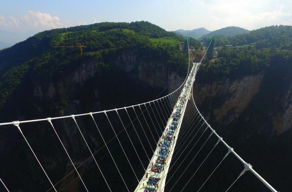 该桥位于张家界大峡谷风景区栗树垭和吴王坡区域内,桥面长375米,宽6米