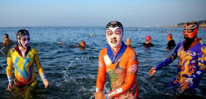 8月28日,山东青岛第一海水浴场海边,身穿连体脸基尼的青岛大妈,泳衣上