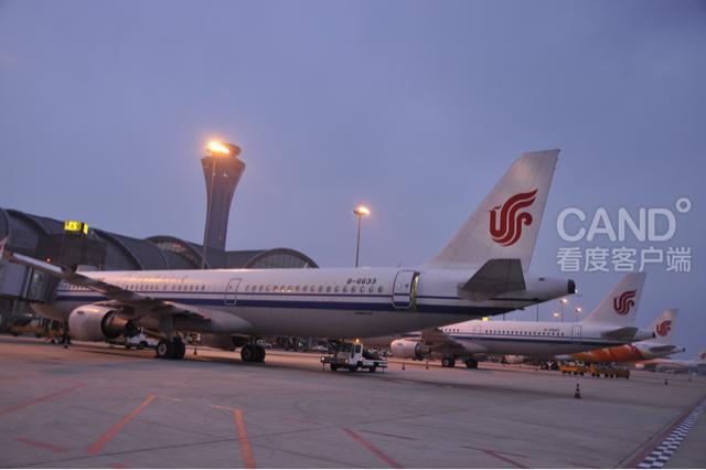成都机场 今天成都机场无论是进出港航班数量,还是旅客出行人数都是近期较多的一天,意味着成都机场迎来了元旦假期客流小高峰。据了解,目前旅客主要集中前往北京、上海、广州、深圳、桂林、拉萨、杭州、南宁、西安、贵阳、郑州、海口、三亚等长线,特别是到三亚、海口、昆明、南宁等气温偏高航线的客源较多,短线旅客人数与平日持平,进港旅客则主要来自北京、上海、广州、深圳和用工较为集中的城市。由于元旦假期仅有三天,因此去境外客流比较平稳,跟平时没有别样。预计此次客流高峰将持续至本月30日,据往年同期运输经验,从假期第一天至1