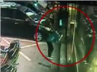 深圳:男子撞碎玻璃门 无辜母子遭殃