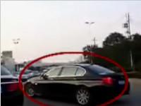 扬州:宝马恶意变道 后车撞护栏