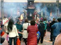 昭觉寺外的烧香乱象严重 市民还没进庙就被骗百元