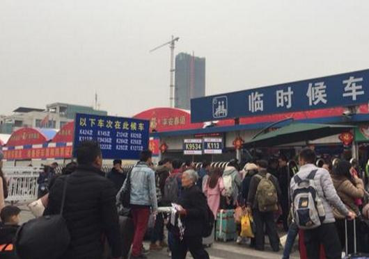 春运第二天 成都车站启用临时候车大棚