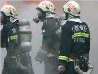 废旧品堆放点突发大火 数辆消防车出动救援