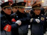 重庆:城管执法遭商贩竹签刺喉