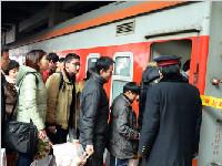 省内火车站迎客流高峰 成铁局开出节后首趟务工列车