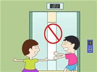 马来西亚:被电梯门压住瞬间 母亲踢开女儿