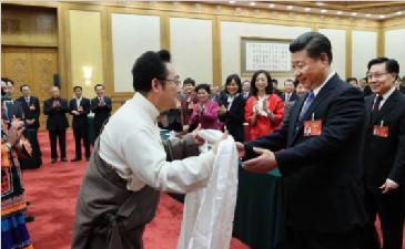 四川代表团少数民族代表向总书记献上哈达、羌红,表达美好祝福