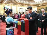 妇女节这天看了彝族女代表带来的照片 习近平非常高兴