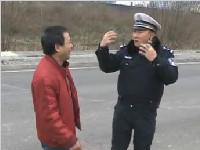 司机被谭警官逮到吓得手抖 他究竟犯了什么事?