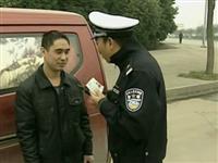 违法面包被拦下 司机怀疑谭sir身份打了110