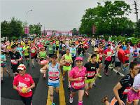 美丽成都吸引众多选手 成都双遗马拉松今日开跑