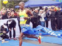 双遗马拉松活力开跑 肯尼亚选手获男子全马冠军