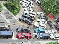 """非机动车道被当""""停车场"""" 成都交警整治机动车乱停放"""