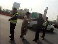 <font color=red>奔驰</font>车违章86次 杭州女车主撒泼被拘留