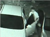 """蟊贼""""身手""""好利索 几秒钟开锁偷走小轿车"""