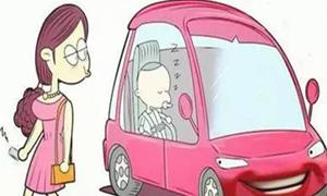粗心家长将小孩锁在车内 警察破窗救人