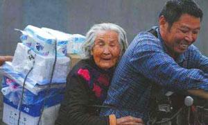 谋生尽孝两不误 52岁大叔骑电瓶车带92岁老母亲上班