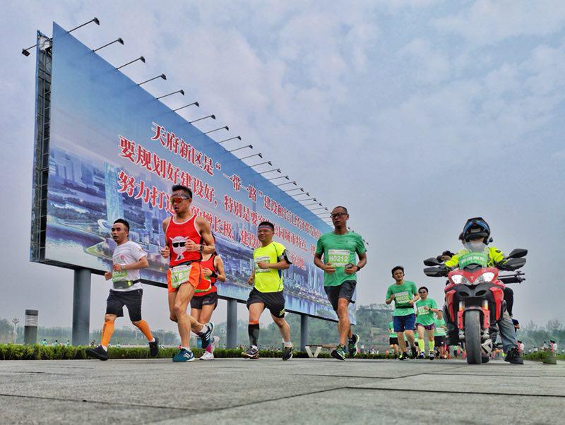天府半程马拉松鸣枪开跑 中国选手获男子二 三名