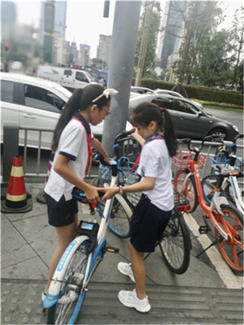 少城小学少先队员参加团市委少年部共享单车摆放活动