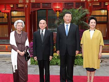 习近平主席夫妇看望柬埔寨国王和太后