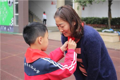 为辅导员佩戴红领巾.JPG