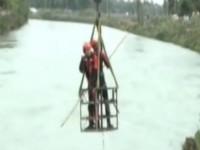 私家车冲入锦江 打捞上岸后车内男子已遇难身亡