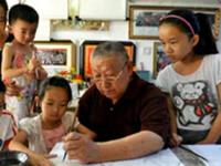 78岁独臂老人自学书画 13年花43万免费教3800多个娃娃
