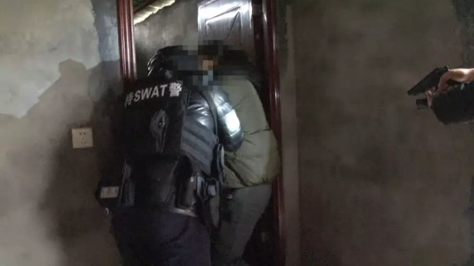 60名警察包围达州某宾馆 上演一出警匪大片